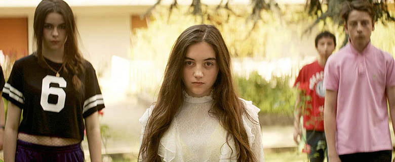L'heure de la sortie / School's Out (2018) - Luàna Bajrami, Victor Bonnel