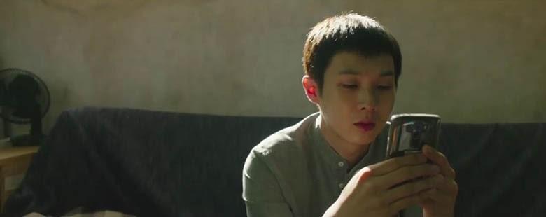 Ki-woo'nun telefonun elinde olduğu bir diğer plan.