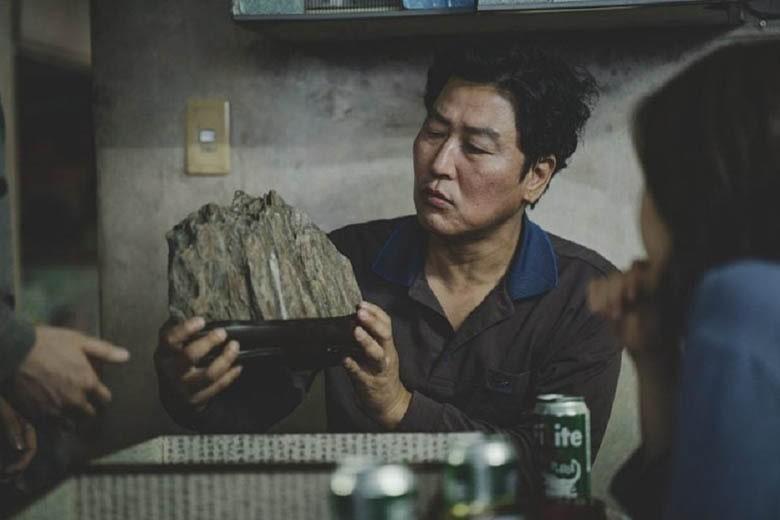 Ki-woo'nun arkadaşı Min'in getirdiği manzara taşına bakıldığı plan.