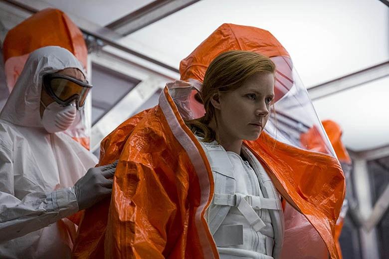 Dr. Louise'in Hazmat kostümü giydiği plan.